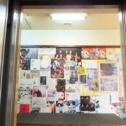 20ドアが開いたらポスターとフライヤーがいっぱい貼ってあります!