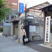 05バイクの駐輪場を越えます。公衆のトイレもあります~こちらもご利用ください。